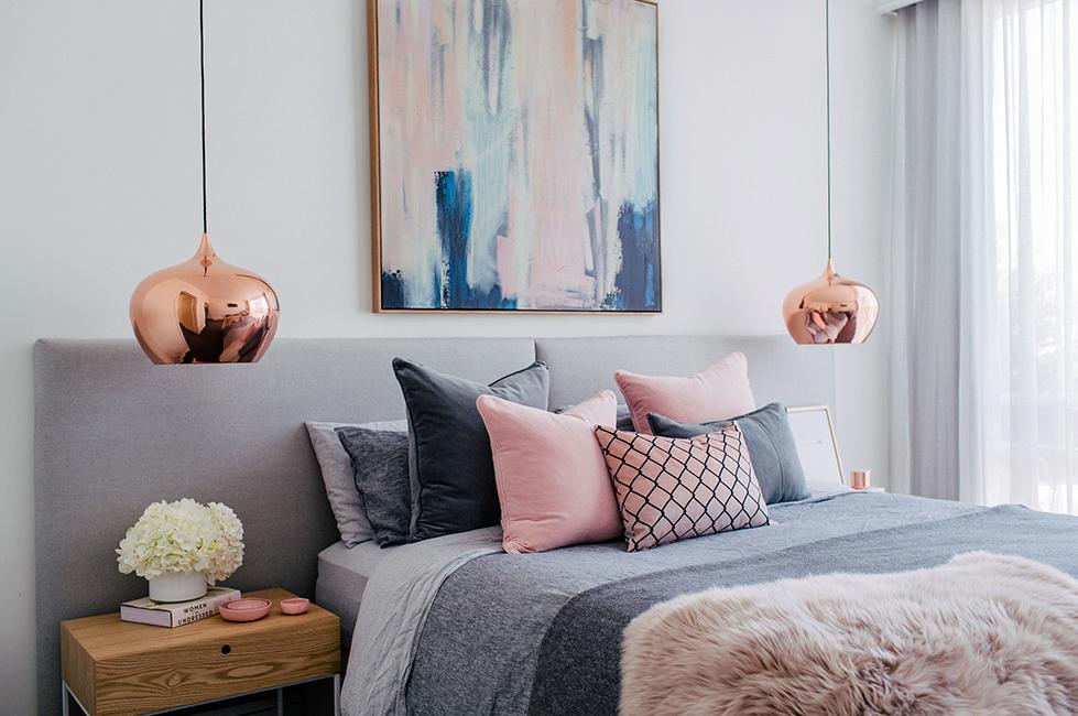 Lampes suspendues cuivrées dans une chambre