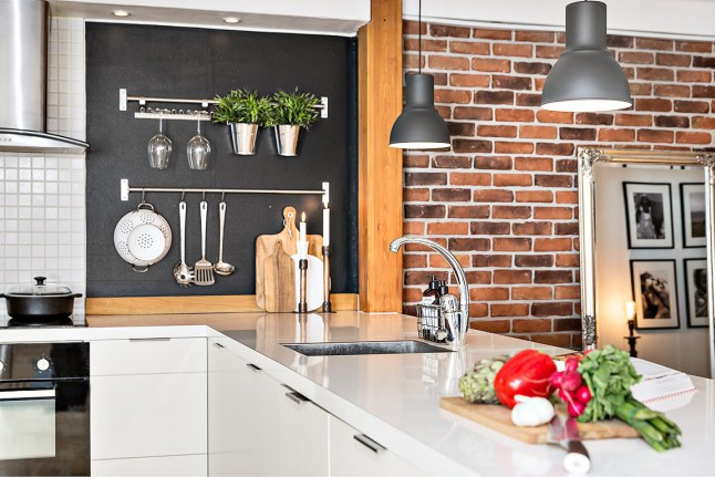 appartement sous combles avec poutres apparentes. Black Bedroom Furniture Sets. Home Design Ideas