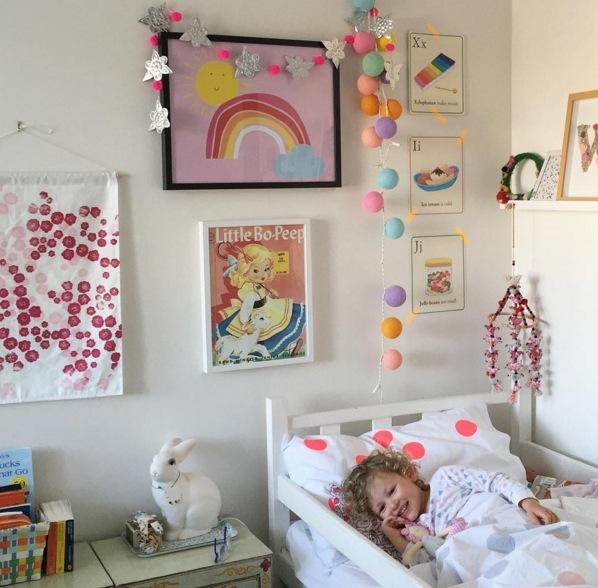 Déco d'une chambre avec des dessins d'enfant