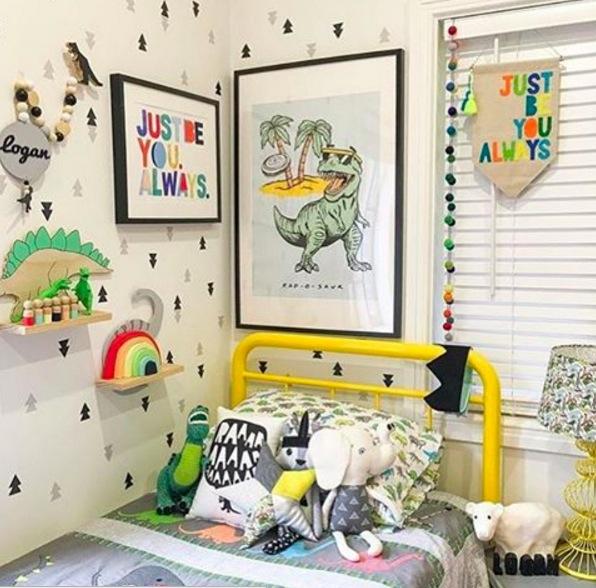 Déco dinosaure dans une chambre d'enfant