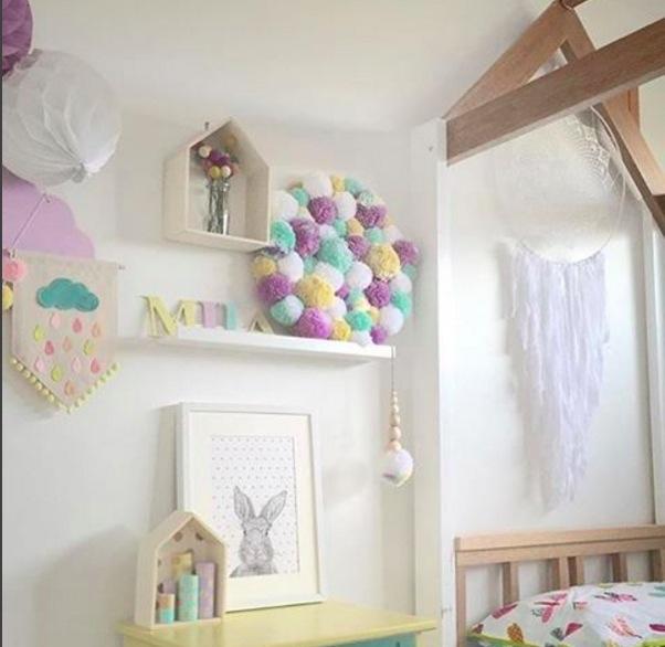 Déco avec des pompom dans une chambre d'enfant