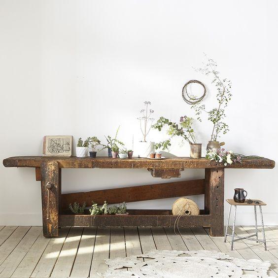 etabli-atelier-ancien-bois-plantes-vegetaux-parquet-tapis-crochet-interieur-monochrome