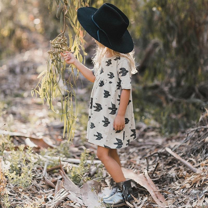 vetement-enfant-hiver-2017-robe-boheme-imprimes-noir-blanc-oiseau-boots-franges-chapeau-noir-yellow-flamingo