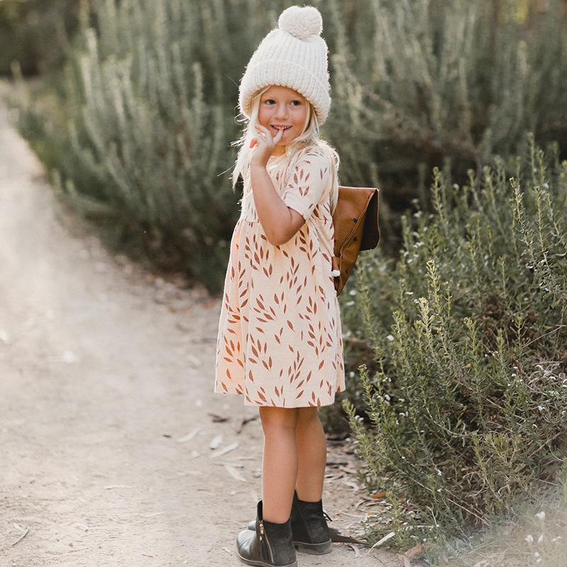vetement-enfant-hiver-2017-robe-boheme-nude-imprimes-automne-bonnet-maille-pompon-sac-a-dos-cuir-cognac-yellow-flamingo