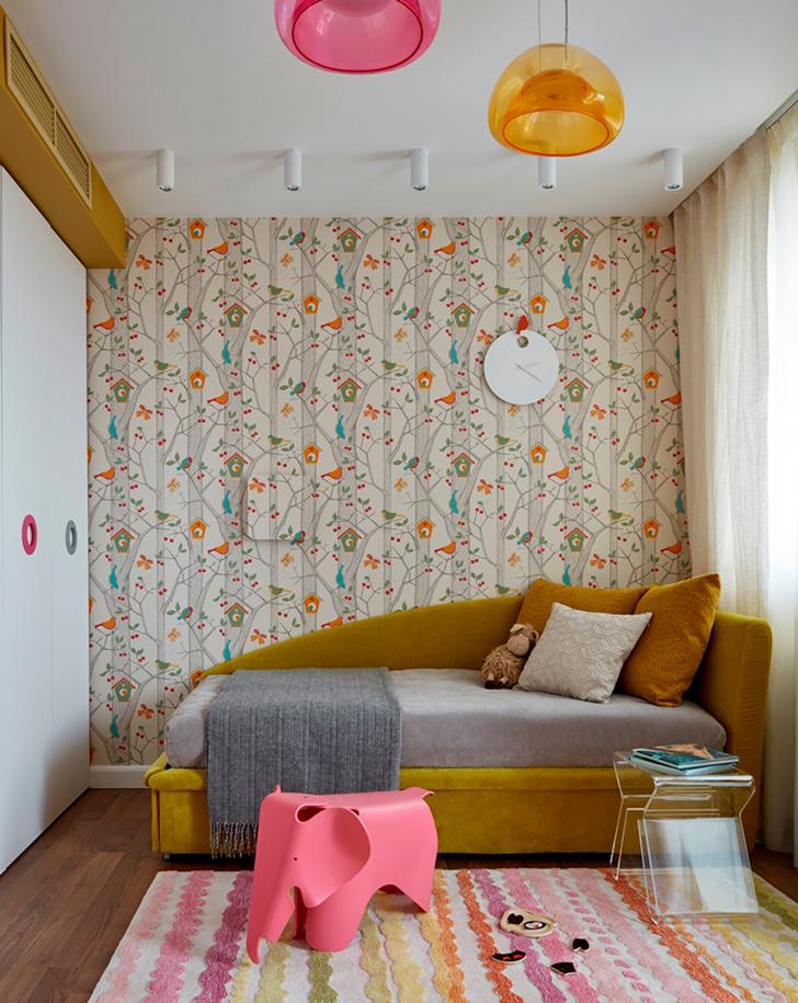 Chambre avec un papier peint fleuri