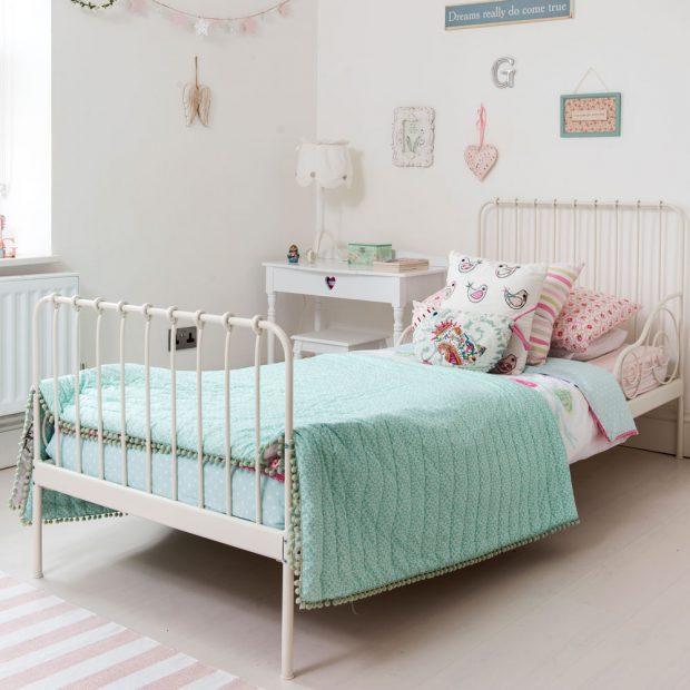 Chambre pour fille avec un lit vintage