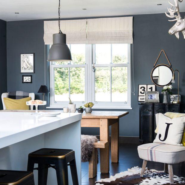 Coin repas avec des murs gris bleu