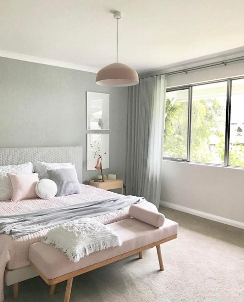 Chambre avec un mur kaki pale