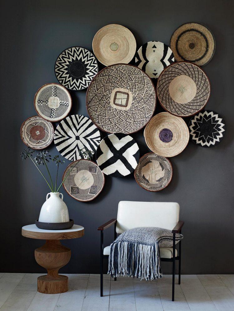 cr er une ambiance ethnique avec un mur de paniers et plateaux en osier. Black Bedroom Furniture Sets. Home Design Ideas