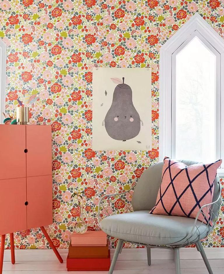 chambre avec un papier peint vintage