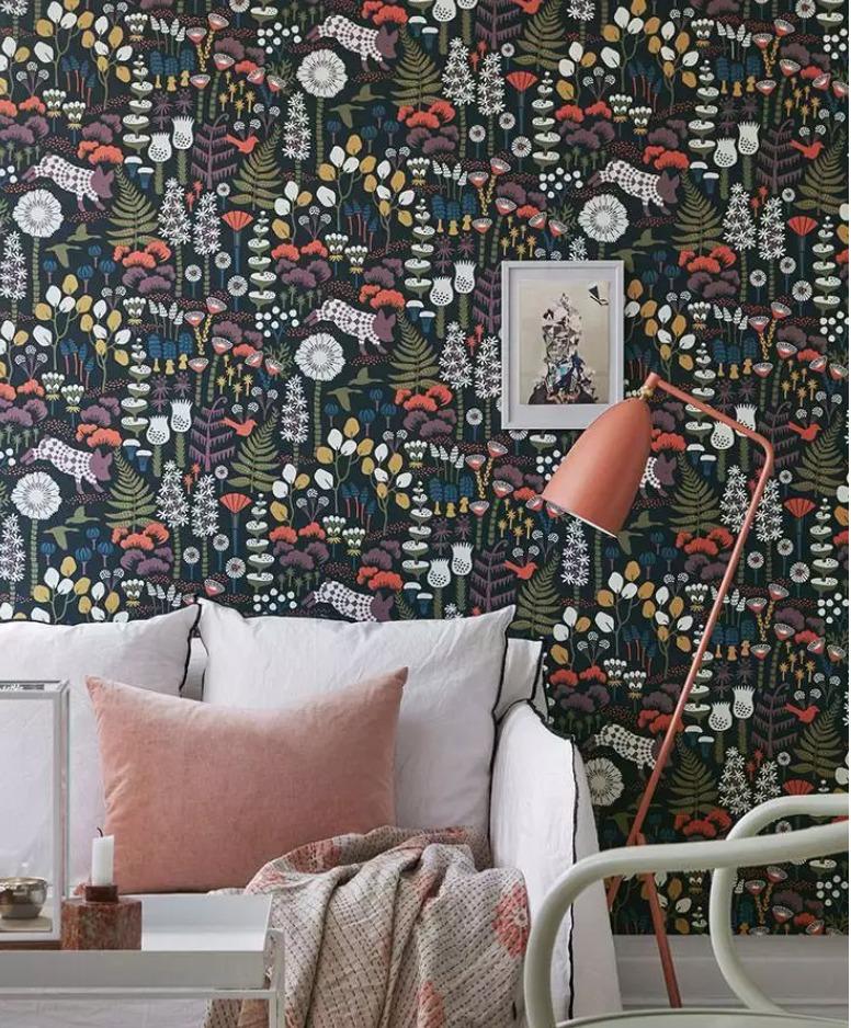 salon avec un papier peint vintage fleuri
